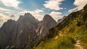 Signe de Paintend pour le trekking sur un chemin des alpes italiennes Images stock