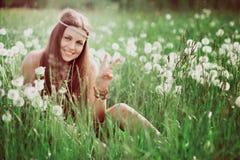 Signe de paix de hippie gratuit de sourire Image libre de droits