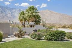 Signe de Palm Springs du côté de la route image stock