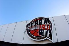 Signe de Panthéon de basket-ball avec un ciel bleu à Springfield le Massachusetts photographie stock libre de droits