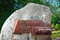 Signe de parc de Jurmalas du musée en plein air de bord de la mer des ancres en parc dans la ville de Ventspils, Lettonie image stock