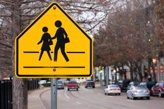 Signe de passage clouté d'école Photographie stock libre de droits