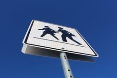 Signe de passage piéton contre le ciel bleu Photographie stock