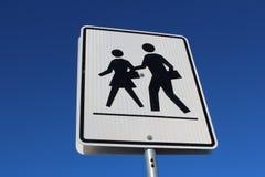 Signe de passage piéton contre le ciel bleu Photographie stock libre de droits