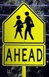 Signe de passage piéton en avant Photo stock