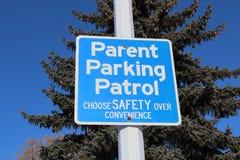 Signe de patrouille de stationnement de parent contre l'arbre et le ciel bleu Photos libres de droits