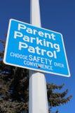 Signe de patrouille de stationnement de parent contre l'arbre et le ciel bleu Images libres de droits