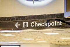 Signe de point de contrôle de direction d'aéroport Photos stock