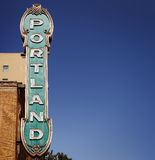 Signe de Portland des années 30 sur l'immeuble de brique à Portland, Orégon, Etats-Unis avec le ciel bleu clair Images stock