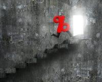 Signe de pourcentage rouge avec les jambes humaines fonctionnant sur des escaliers Photos libres de droits