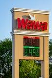Signe de prix du gaz d'épicerie de WaWa Photo libre de droits