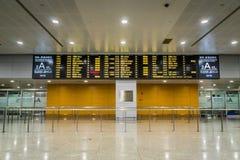 Signe de programme de vol au hall d'arrivée dans l'aéroport international de Shanghai Pudong, Chine Photos libres de droits