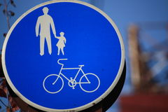Signe de promenade et de chemin de cycle Photo stock