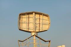 Signe de publicité au néon vide, tubes évidents, ciel clair d'après-midi images libres de droits