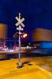 Signe de rail de danger la nuit dans la hampe de drapeaux photo stock