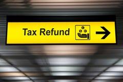Signe de remboursement d'impôt fiscal à l'aéroport image libre de droits