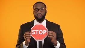 Signe de représentation masculin d'arrêt d'afro-américain, campagne d'antiracisme, égalité sociale banque de vidéos