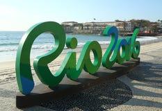 Signe de Rio 2016 à la plage de Copacabana en Rio de Janeiro Photographie stock libre de droits