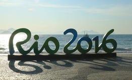 Signe de Rio 2016 à la plage de Copacabana en Rio de Janeiro Photo libre de droits