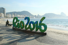 Signe de Rio 2016 à la plage de Copacabana en Rio de Janeiro Photographie stock