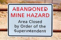 Signe de risque abandonné de mine images stock