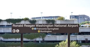 Signe de Ronald Reagan Washington National Airport pour le bl jaune Photos stock