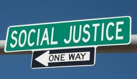 Signe de route avec la JUSTICE SOCIALE et UNE MANIÈRE illustration de vecteur