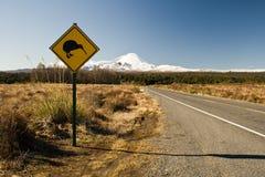 Signe de route avec le kiwi Photo libre de droits