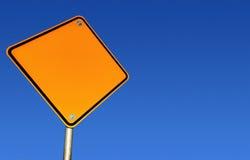 Signe de route blanc (avec le chemin) Photos stock