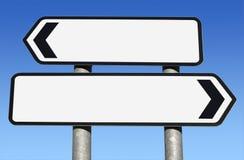 Signe de route blanc bi-directionnel avec l'espace de copie. Photos stock