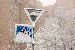 Signe de route couvert de neige Photographie stock