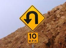 Signe de route de montagne. Photographie stock libre de droits