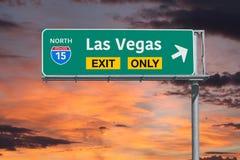 Signe de route de sortie de Las Vegas seulement avec le ciel de lever de soleil Images libres de droits