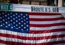 Signe de Route 66 et drapeau national américain photographie stock libre de droits