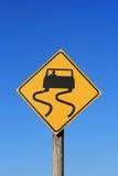 Signe de route glissant photo stock