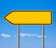 Signe de route jaune blanc, flèche indicatrice de sens Photo stock