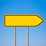 Signe de route jaune blanc, flèche indicatrice de sens Images libres de droits