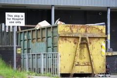 Signe de saut de déchet hospitalier pour la médecine et les déchets utilisés images stock