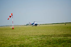 Signe de sens du vent (douille) avec l'hélicoptère sur l'airfie vert Photos libres de droits