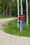Signe de sortie de secours le long d'une route de campagne avec un autre même signe brouillé à l'arrière-plan Photos libres de droits