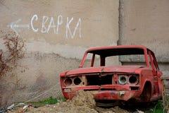 Signe de soudure avec le corps de la vieille voiture dans le premier plan Images stock