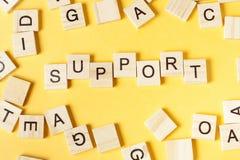 Signe de soutien avec des blocs sur le bureau ABC en bois Image stock