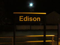Signe de station de train d'Edison la nuit, Edison, NJ Etats-Unis photographie stock