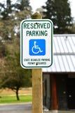 Signe de stationnement d'handicap Photo stock