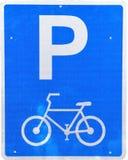 Signe de stationnement de bicyclette images stock