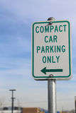 Signe de stationnement de voiture compacte Images stock