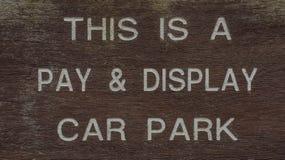 Signe de stationnement de voiture de salaire et d'affichage Photographie stock libre de droits