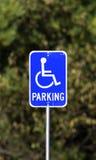 Signe de stationnement handicapé usé photos stock