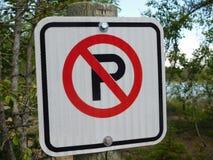 Signe de stationnement interdit contre Forest Background Photos stock