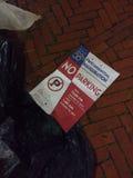 Signe de stationnement interdit, déchets suivant la cinquante-huitième inauguration présidentielle, l'inauguration de Donald Trum Image stock